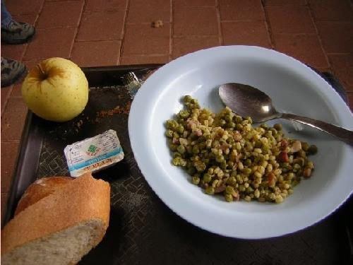 Essen food Erbsen mit Kuskus und Speck Kekse Taize
