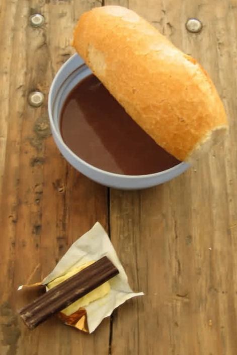 Essen food Fruehstueck mit Kakao Schokolade Baguette Taize