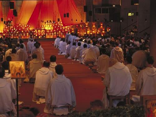 Versoehnungskirche die Kirche mit Gottesdienst Brueder Taize